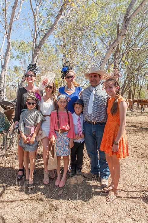 Eureka Creek Rodeo: Amber Hatfield und Familie - schön gemacht für den Racing Day