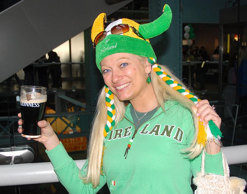 Dublin/Guinness Storehouse: Besucherin mit Guinness am St. Patrick's Day (17. 3. )