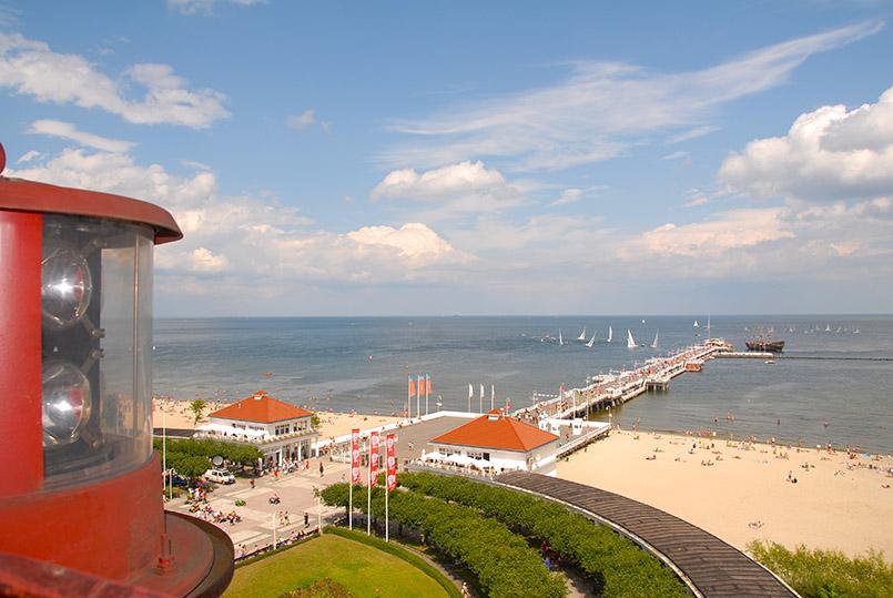 Sopot: Blick vom Leuchtturm auf den Vorplatz der Mole und die Strandpromenade