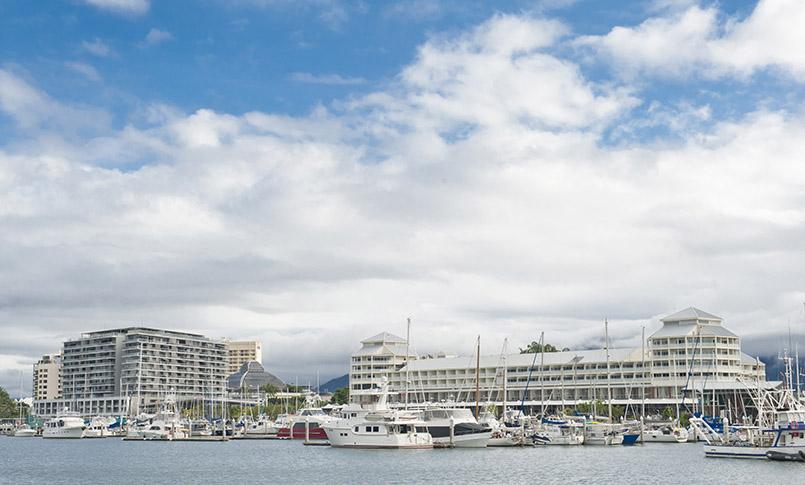 Die Marina von Cairns im tropischen Queensland