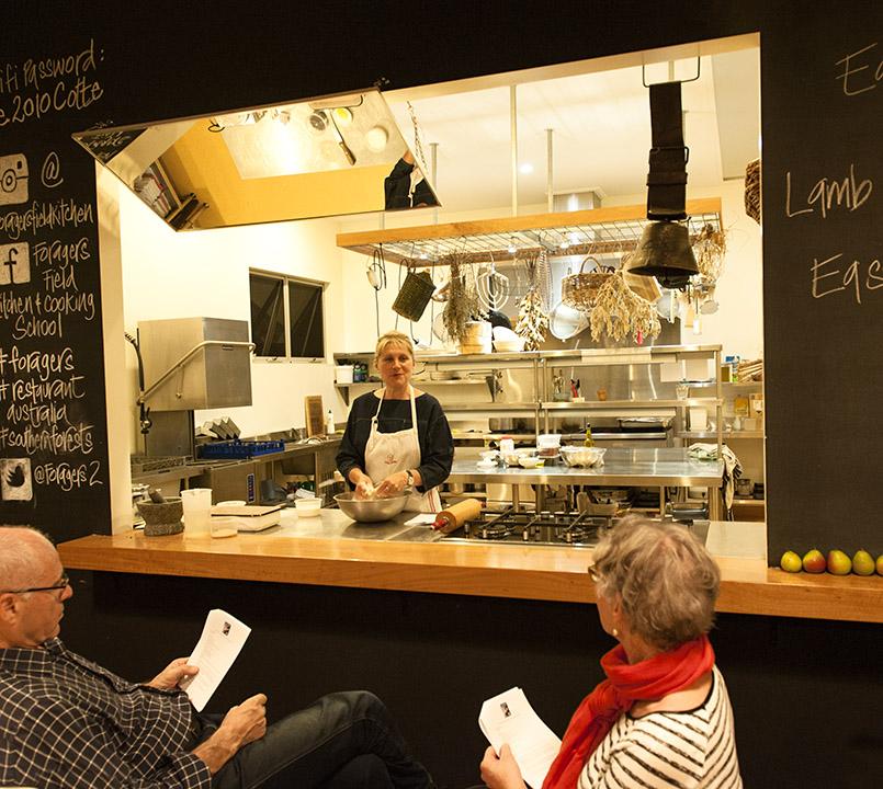 Sophie Zalokar in ihrer Feldküche, in der sie Kochkurse gibt.