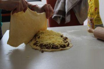 Käse auf die Masse streuen und die zweite Teighälfte drüberlegen
