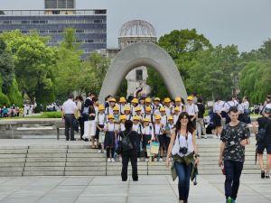 Schülergruppe im Friedenspark