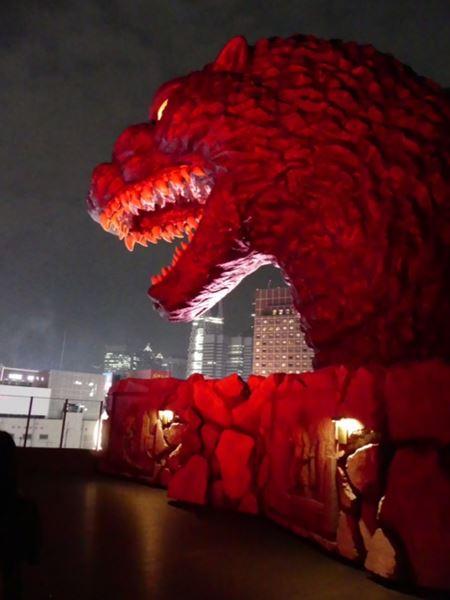 Godzilla auf der Hotelterrasse