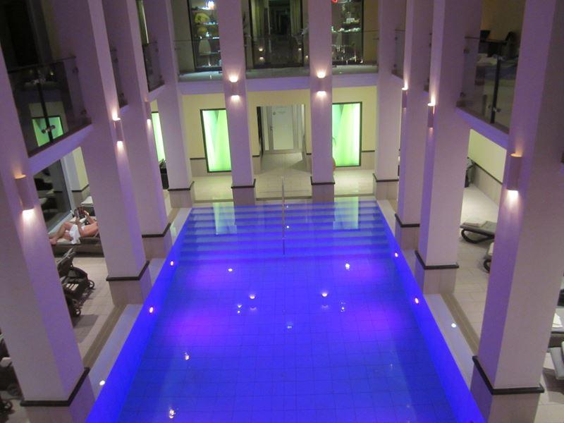 Abendbeleuchtung im Schwimmbad
