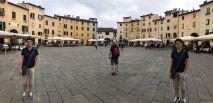 Martinas Doppelgängeriin auf der Piazza del Mercato
