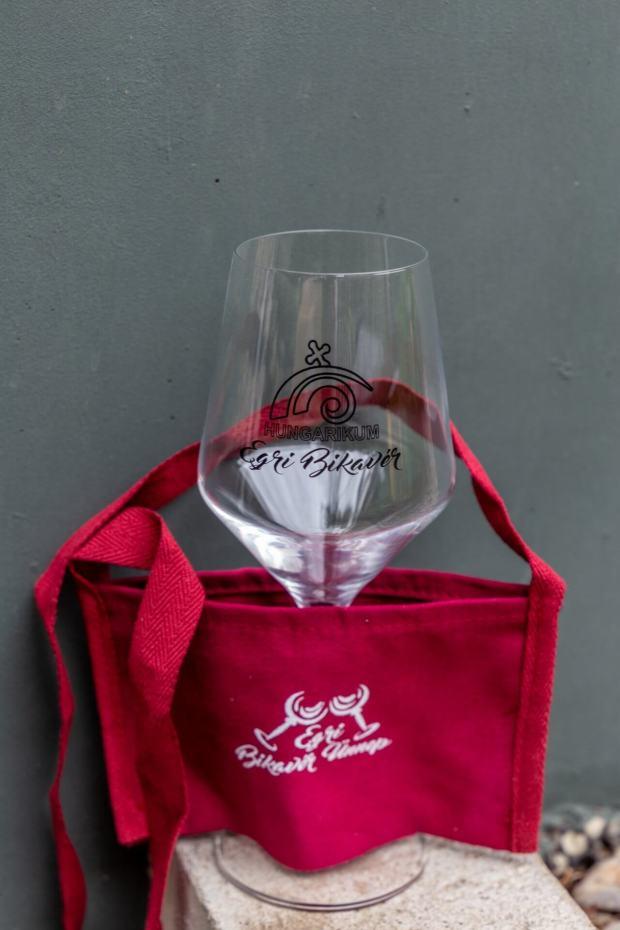 Glas und Brustbeutel für das Weinfest Eger