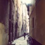 Een klein meisje rent door een steegje in Napels