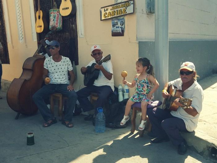 Mijn dochter mag meespelen met Cubaanse straatmuzikanten in Santiago de Cuba