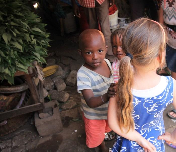 Nikki op de markt in Banjul