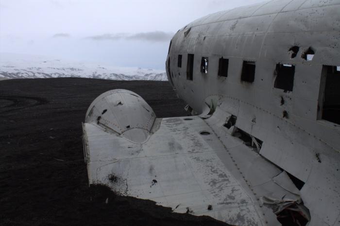 Vliegtuig op de lavavlakte