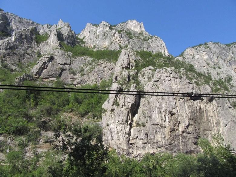 Bergen in Servië langs het spoor
