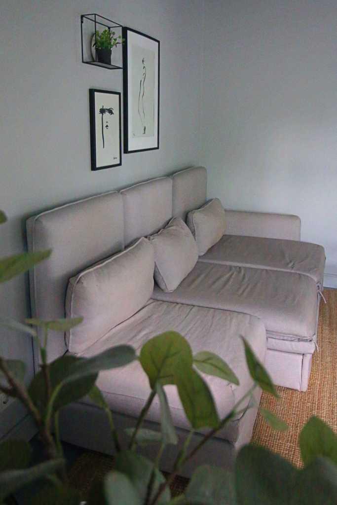 Fijne lichtgrijze hoekbank in de woonkamer van Huisjes aan de Amstel