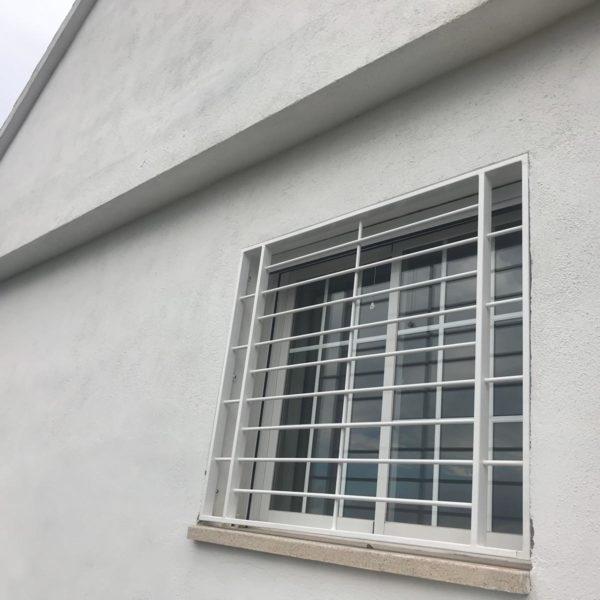 Instalación de 4 rejas para ventanas en bajo de Viladecaballs (2)