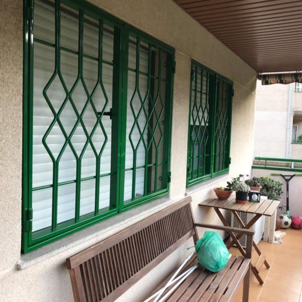 Instalación 3 rejas practicables verdes en Montcada i Reixac (Vecino 1) (1)