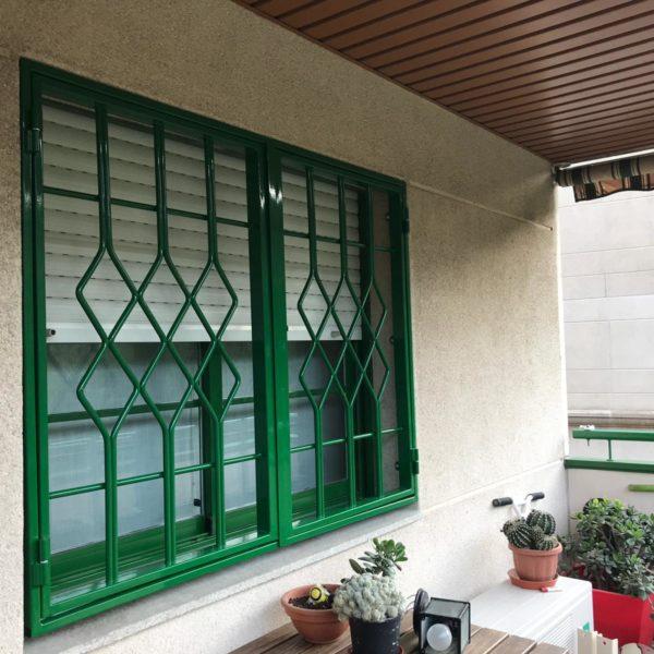 Instalación 3 rejas practicables verdes en Montcada i Reixac (Vecino 1) (2)