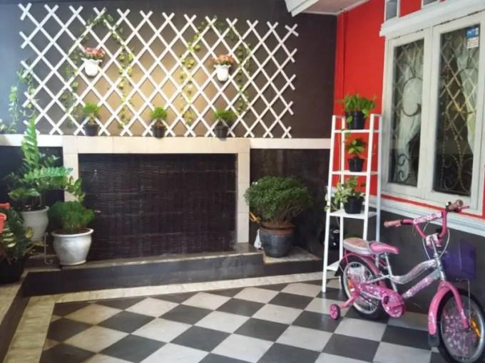 teras rumah minimalis dengan keramik