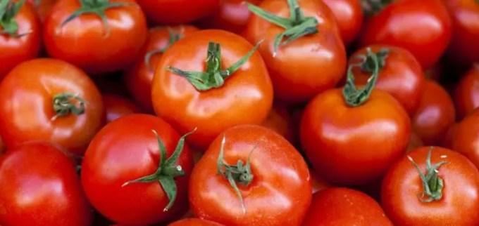 memutihkan selangkangan menggunakan tomat