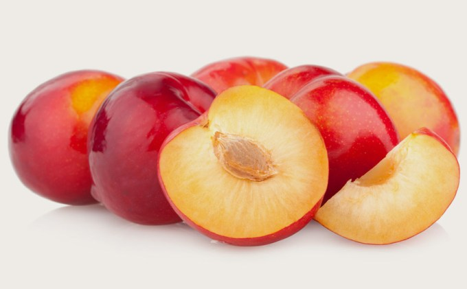 buah plum merah