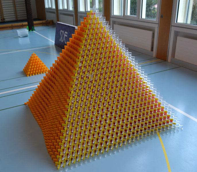 RID-weltrekord-groesste-domino-pyramide1