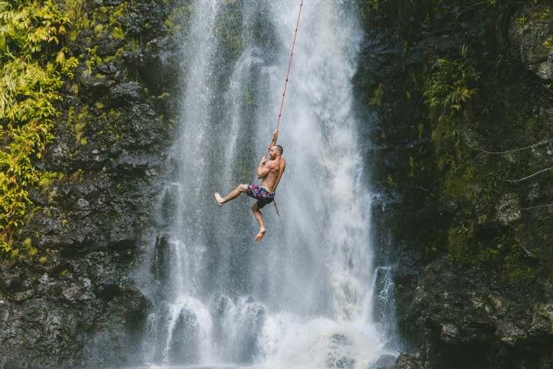 top 5 originele outdoor relatiegeschenken man slingert aan liaan langs waterval