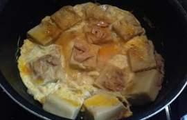 鍋に割りほぐした卵を入れる