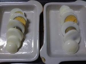 ゆで卵をスライスして耐熱容器に並べている写真
