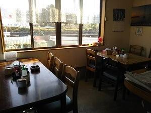 左奥のテーブル席の写真