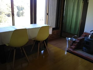 外の緑がよく見える2人席の写真