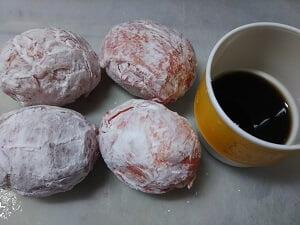 ゆで卵を牛肉で包んで片栗粉をまぶしたものと調味料の写真