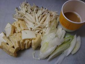 食べ易く切った材料と調味料の写真