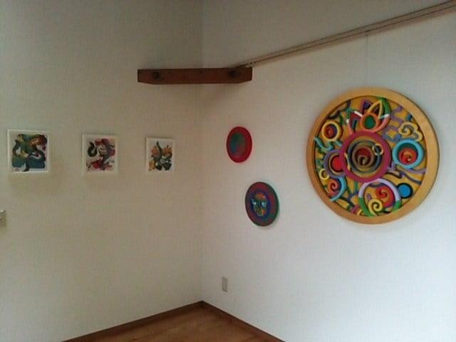 芸術作品が飾られている部屋の写真