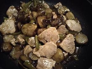 ヒレ肉と調味料を入れ煮詰めた写真