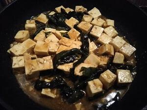 豆腐とわかめ、調味料も入れた写真