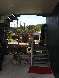 うりんどんのお店に昇る階段の写真