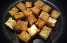 厚揚げと調味料をフライパンで焼いた写真