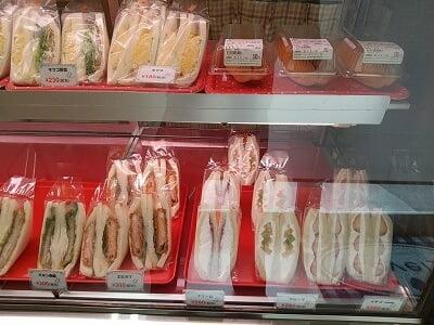 ラブリーのスイーツサンドイッチとホットドックが並ぶ写真