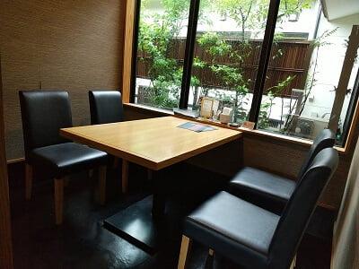 和くうかんの4人テーブル席の写真