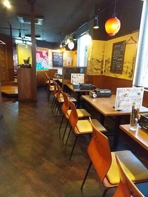 海鮮太郎のお店に入ってすぐ右側のテーブル席の写真