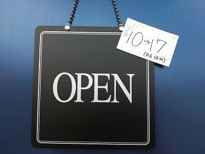 カフェランテアピアチェーレの玄関ドアの営業中の札の写真