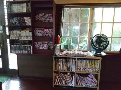 アメリ館末吉店の入口横の雑誌類の写真
