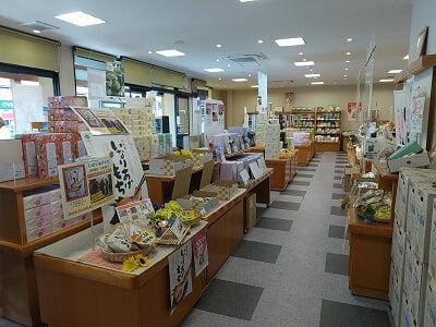もち吉加治木バイパス店の右奥からみた店内の雰囲気の写真