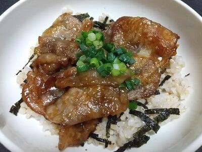 ご飯、のり、ぶた肉、ねぎの順に丼ぶりにした写真