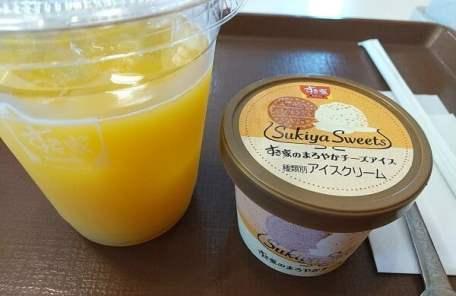すき家10号姶良店のオレンジジュースとアイスクリームの写真