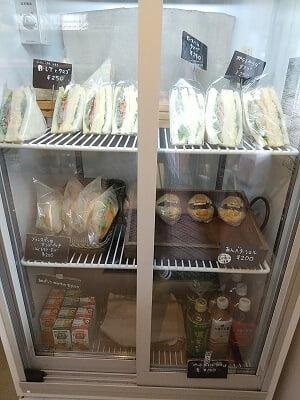 モンセルクルのサンドイッチやドリンクが入る冷蔵庫の写真