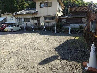 タヴェルナマンジャーレのお店奥の駐車場の写真
