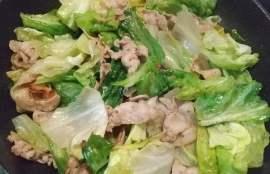 豚肉を炒め粗びき黒こしょうとレタスも入れて炒めた写真