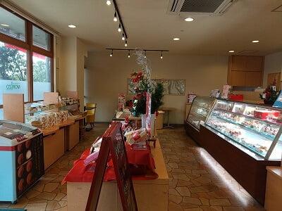 スリーフォレスト森三の右から左の店内の雰囲気の写真