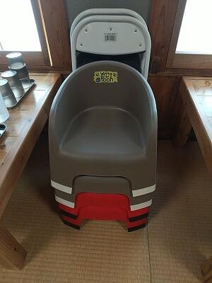 ぎゅう太霧島店のお座敷に子供イスとパイプ椅子が置いてある写真