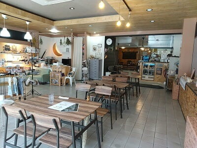 guu dinerの右側のテーブル席の写真